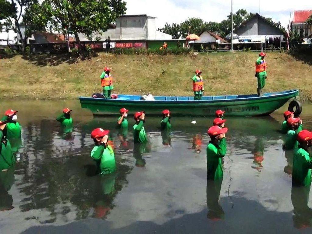 Basah-basahan, Petugas Kebersihan Gelar Upacara 17an di Tengah Sungai