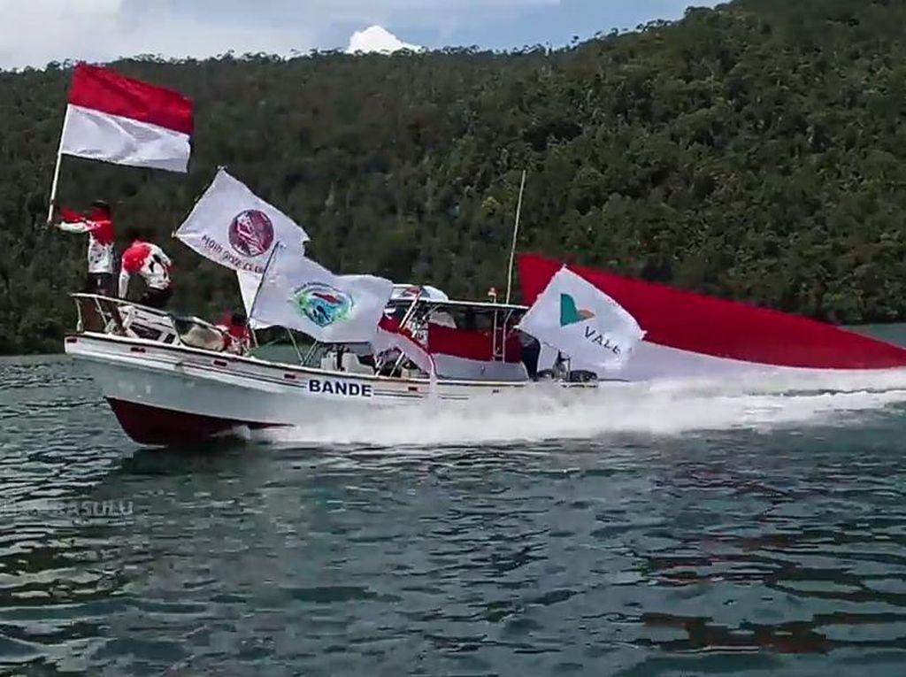 Keren! Pengibaran Bendera Merah-Putih di Bawah Laut Tanjung Parasulu Serba 17