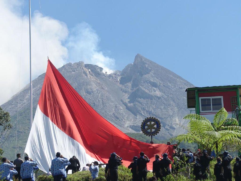 Sang Saka Raksasa Berkibar Gagah di Lereng Gunung Merapi