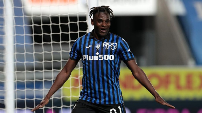 BERGAMO, ITALY - APRIL 25: Duvan Zapata of Atalanta BC celebrates after scoring their teams fourth goal  during the Serie A match between Atalanta BC  and Bologna FC at Gewiss Stadium on April 25, 2021 in Bergamo, Italy. Sporting stadiums around Italy remain under strict restrictions due to the Coronavirus Pandemic as Government social distancing laws prohibit fans inside venues resulting in games being played behind closed doors. (Photo by Emilio Andreoli/Getty Images)