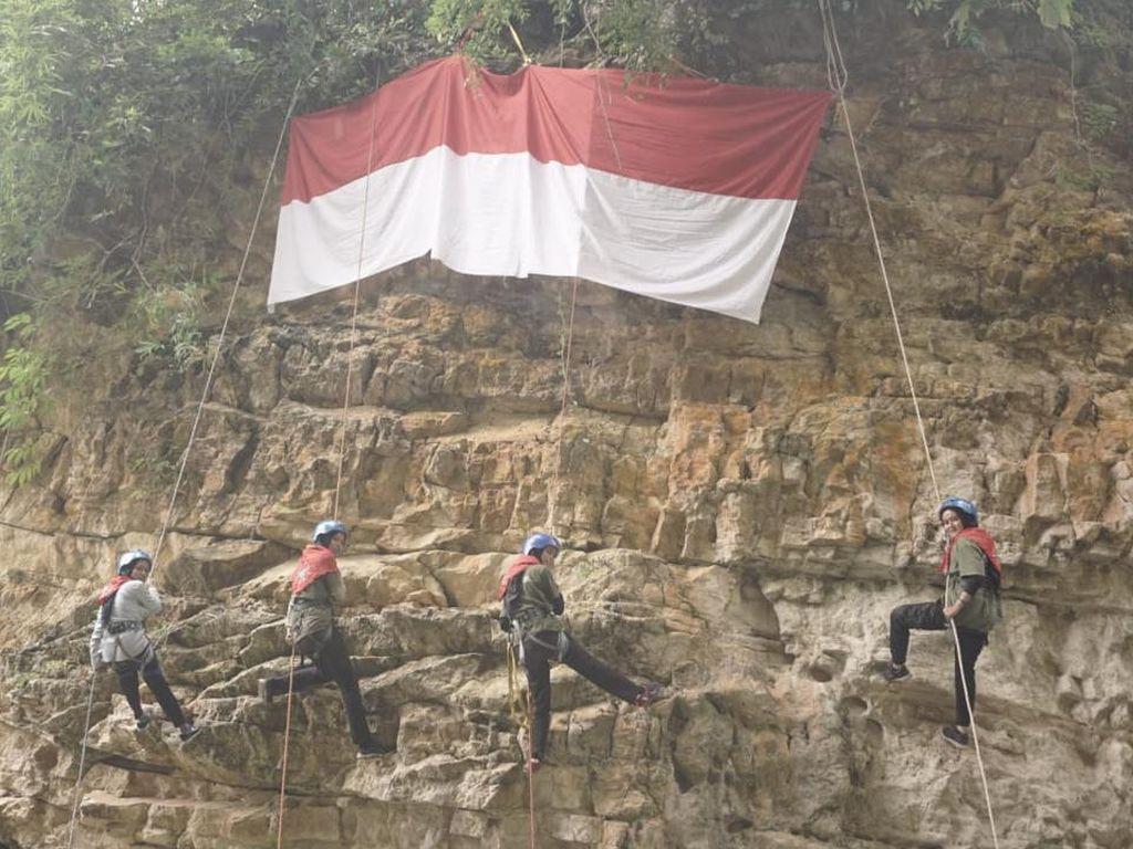 Rayakan HUT RI, 4 Mahasiswi di Aceh Bentangkan Bendera Merah-Putih di Tebing