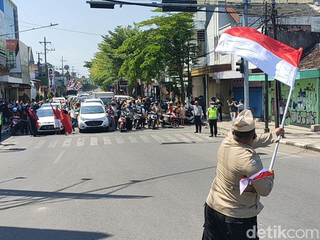 Momen Pengguna Jalan di Kediri Kompak Hormat Bendera dan Nyanyi Lagu Kebangsaan