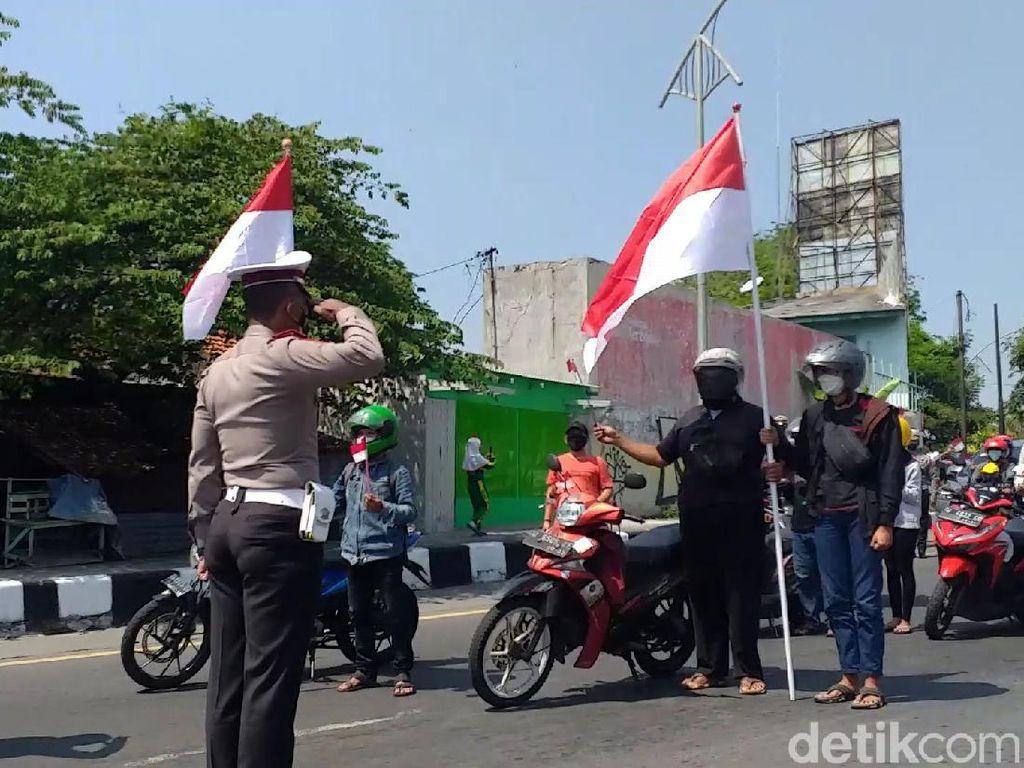 Pengguna Jalan di Kota Pahlawan Bersikap Sempurna-Beri Hormat Bendera di HUT RI