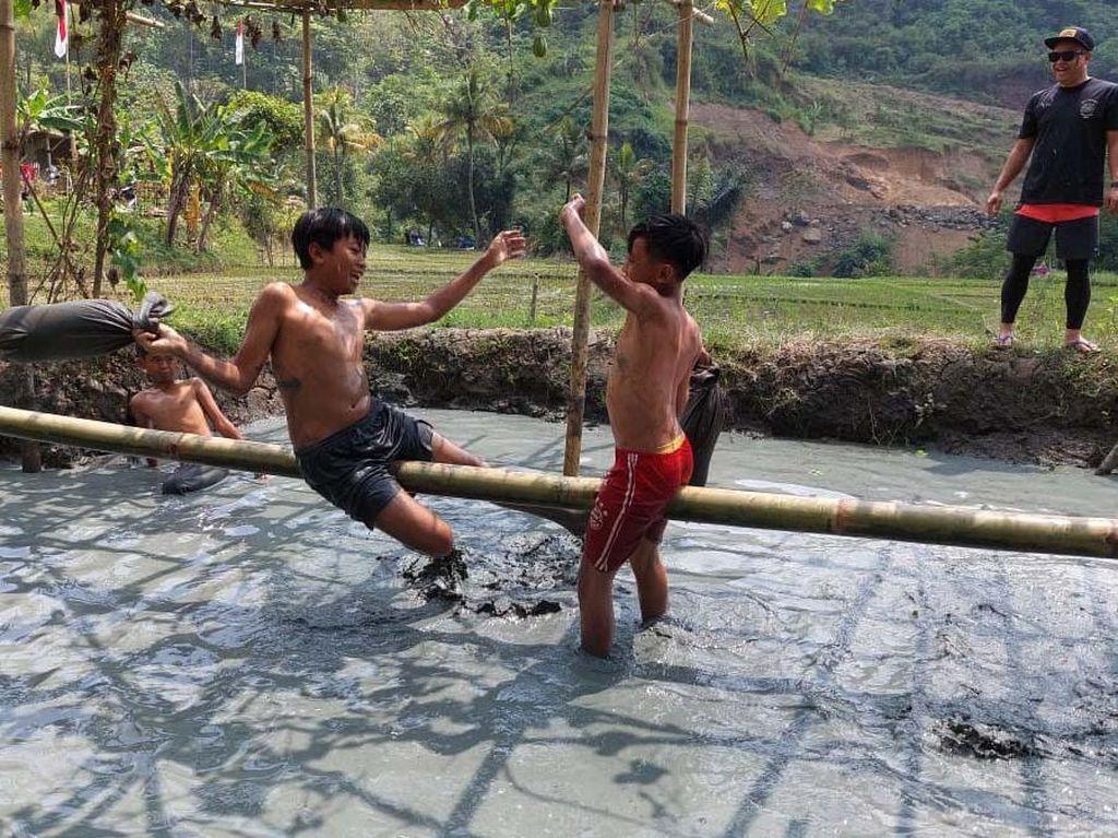 Keseruan Bocil Ikut Lomba Gebuk Bantal di Bandung Barat