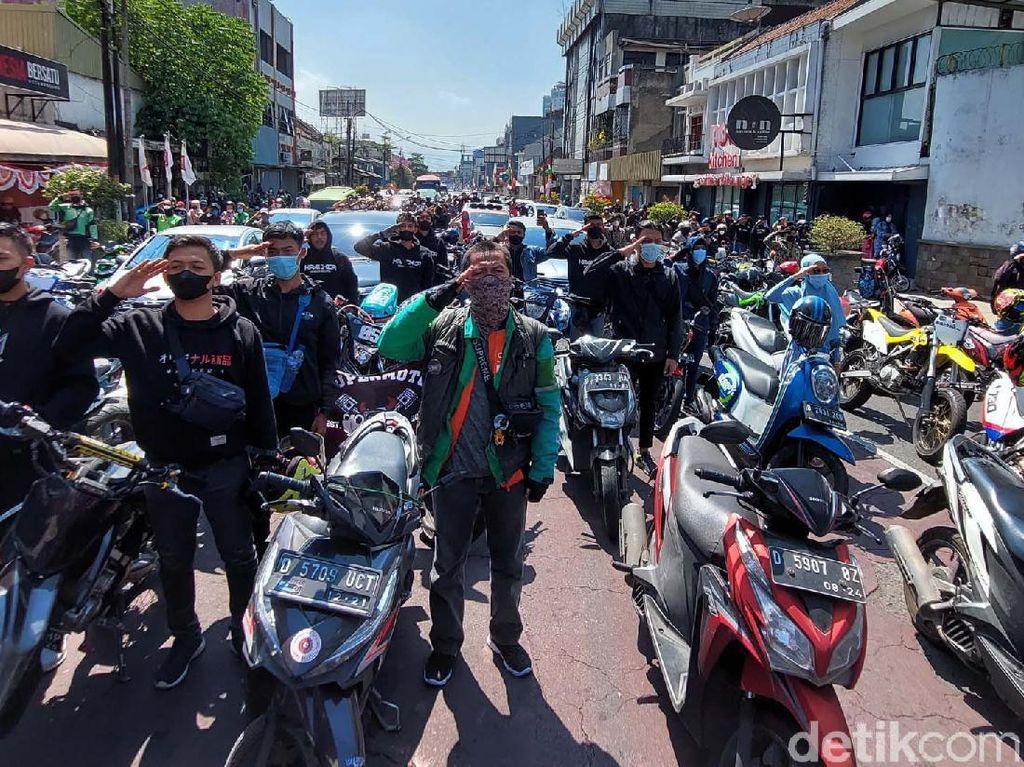 Momen Para Pengendara di Bandung Nyanyikan Indonesia Raya