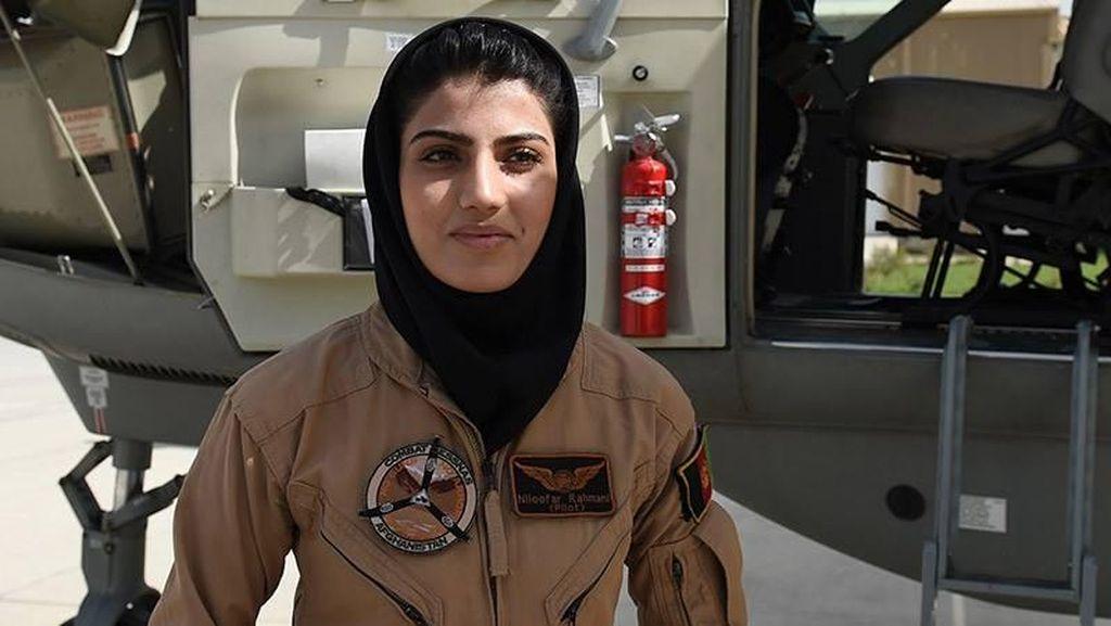 8 Foto Pilot Wanita Pertama Afghanistan yang Pernah Diancam Mati Taliban