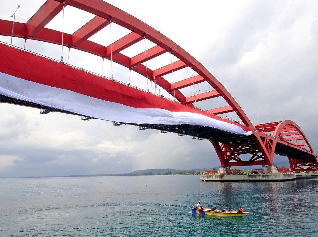 Kemegahan Jembatan Youtefa Berbalut Bendera Merah Putih