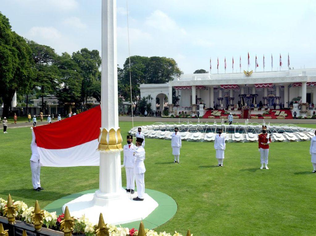 Presiden Jokowi Pimpin Upacara Pengibaran Sang Saka Merah Putih di Istana