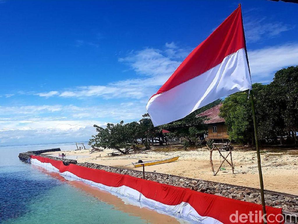 HUT ke-76 RI, Warga Polman Bentangkan Bendera Sepanjang 76 Meter di Laut