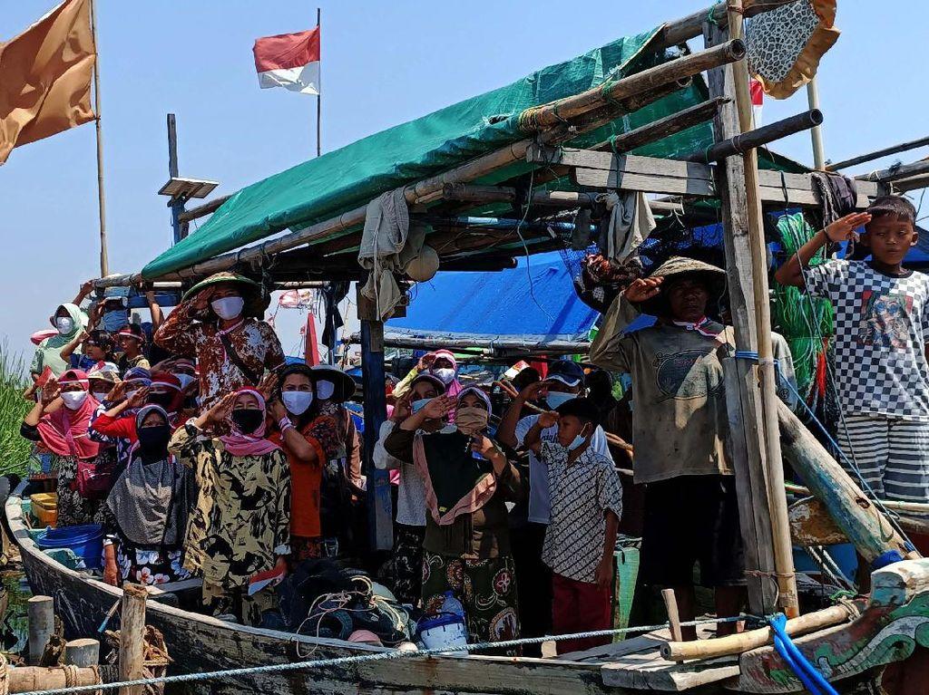 Saat Nelayan Ikut Upacara Bendera dari Atas Kapal