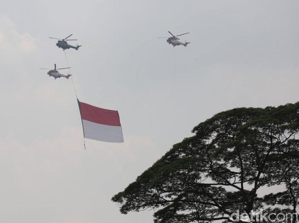 TNI Kibarkan Merah Putih Raksasa di Langit Wisma Atlet