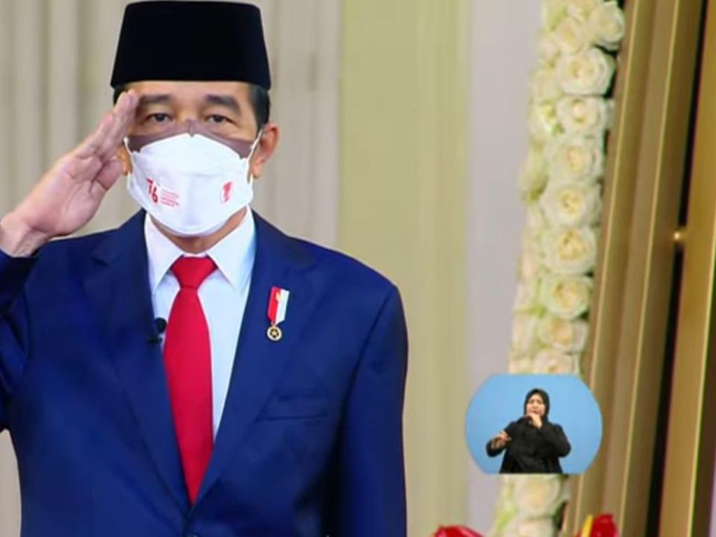 Jokowi Pimpin Upacara Penurunan Bendera Merah-Putih di Istana Merdeka