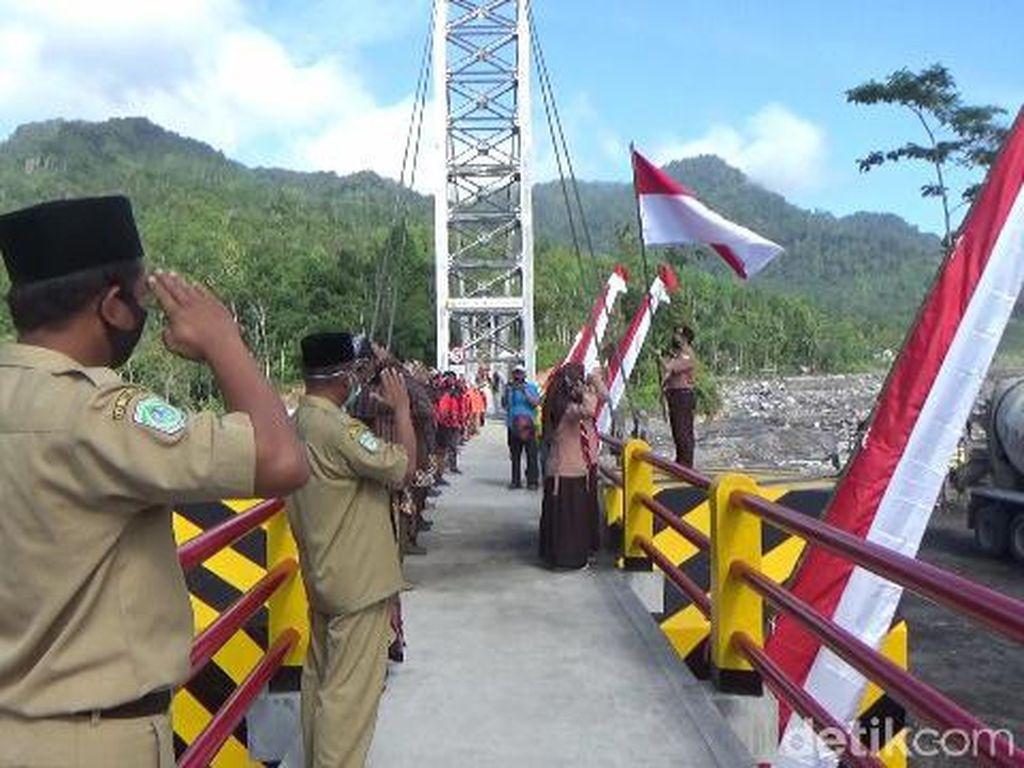 Warga Lumajang Gelar Upacara HUT RI di Jembatan Gantung, Apa Tujuannya?