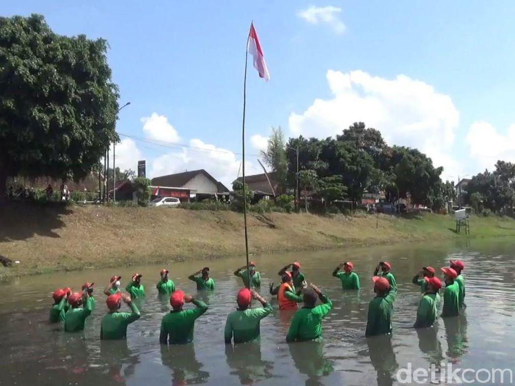 Upacara HUT RI di Sungai Ini Tetap Khidmat Meski Pesertanya Terendam Lumpur