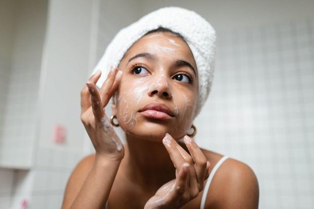 Ilustrasi: memakai pembersih muka
