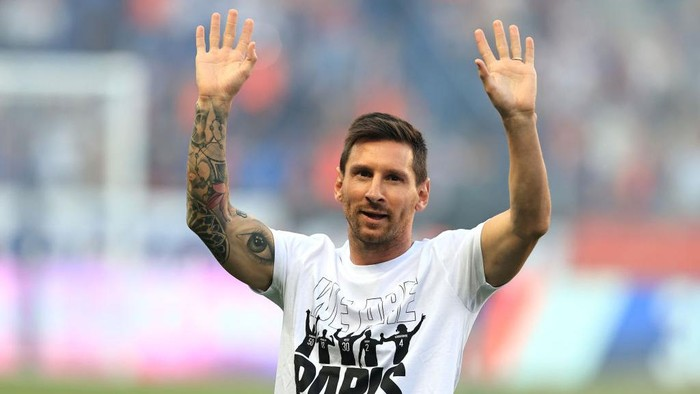 PARIS, FRANCE - AUGUST 14: Lionel Messi of Paris Saint-Germain is introduced to the fans prior to the Ligue 1 Uber Eats match between Paris Saint Germain and Strasbourg at Parc des Princes on August 14, 2021 in Paris, France. (Photo by David Rogers/Getty Images)