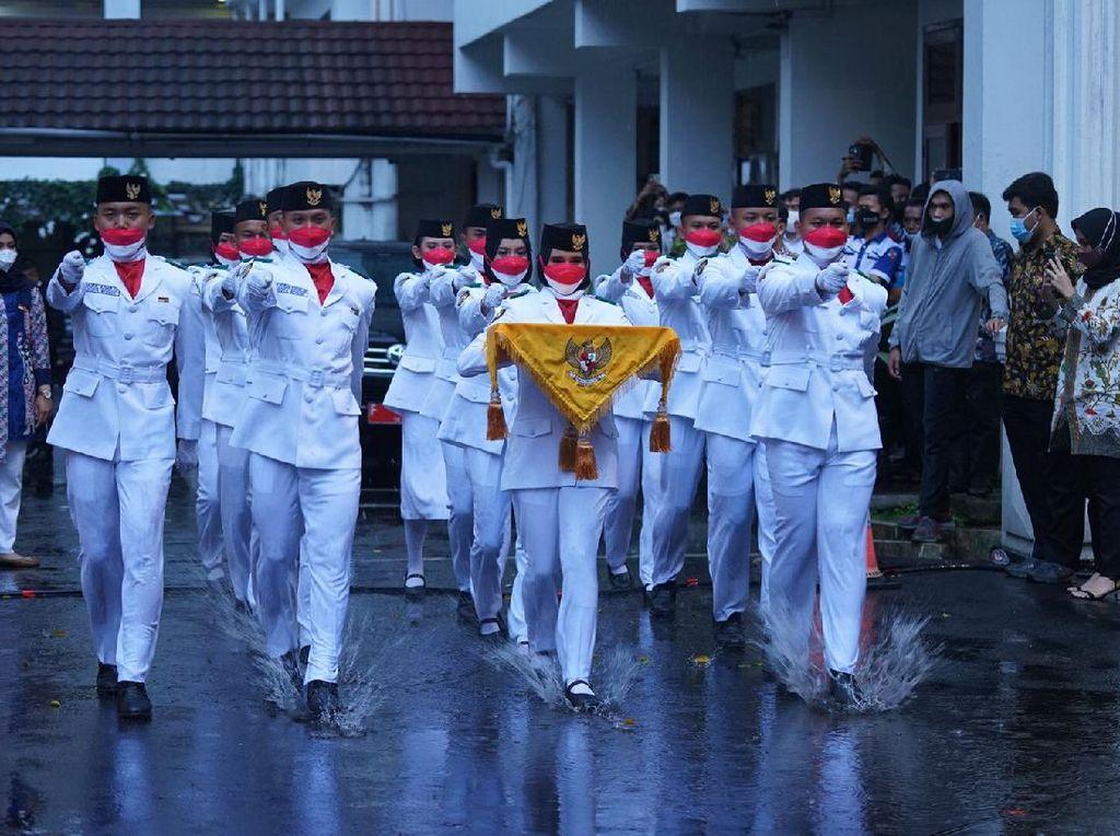 Hujan Deras Warnai Penurunan Bendera Merah Putih di Kota Bogor