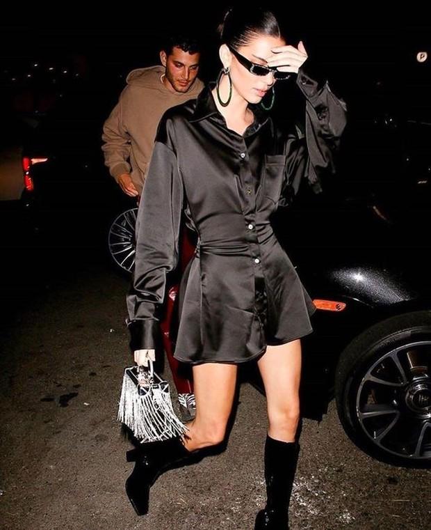 Pakai black sunglasses untuk OOTD fashion.