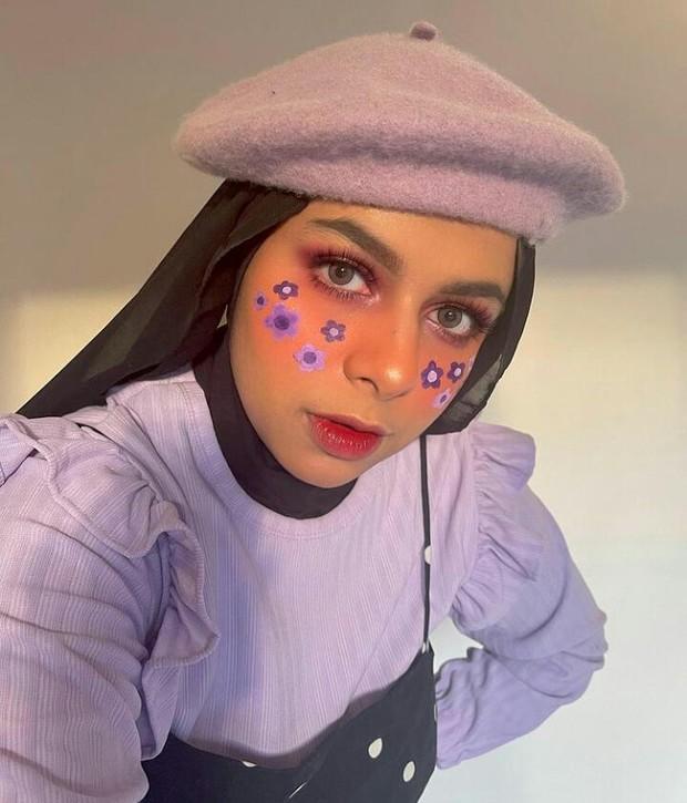Dilla Jaidi sering mengunggah tutorial face paintingnya dan memberikan rekomendasi produk kecantikan di akun Instagram pribadinya.