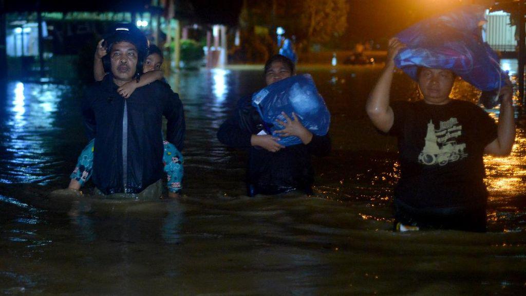 Banjir Rendam Pemukiman Warga di Padang