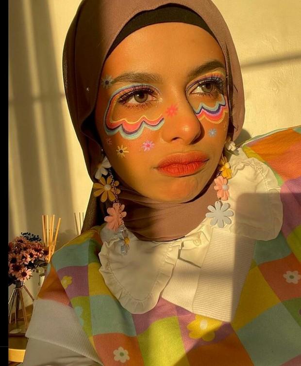 Face painting bertema colorful, menjadikan Dilla terlihat semakin manis.