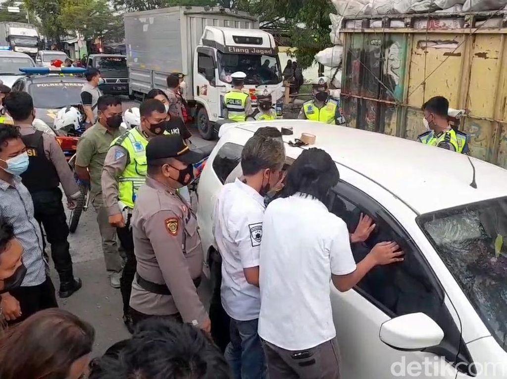 Polisi Kepung Sebuah Mobil di Tengah Jalanan Brebes, Ada Apa?