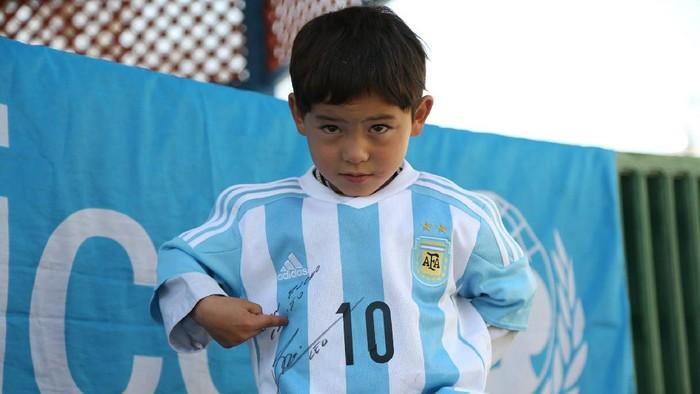 Murtaza Ahmadi, bocah Afghanistan yang viral pada 2016 lantaran memakai jersey kantung plastik Lionel Messi.