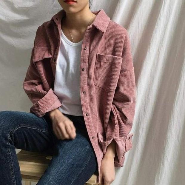Pakai shirt jacket untuk OOTD fashion.