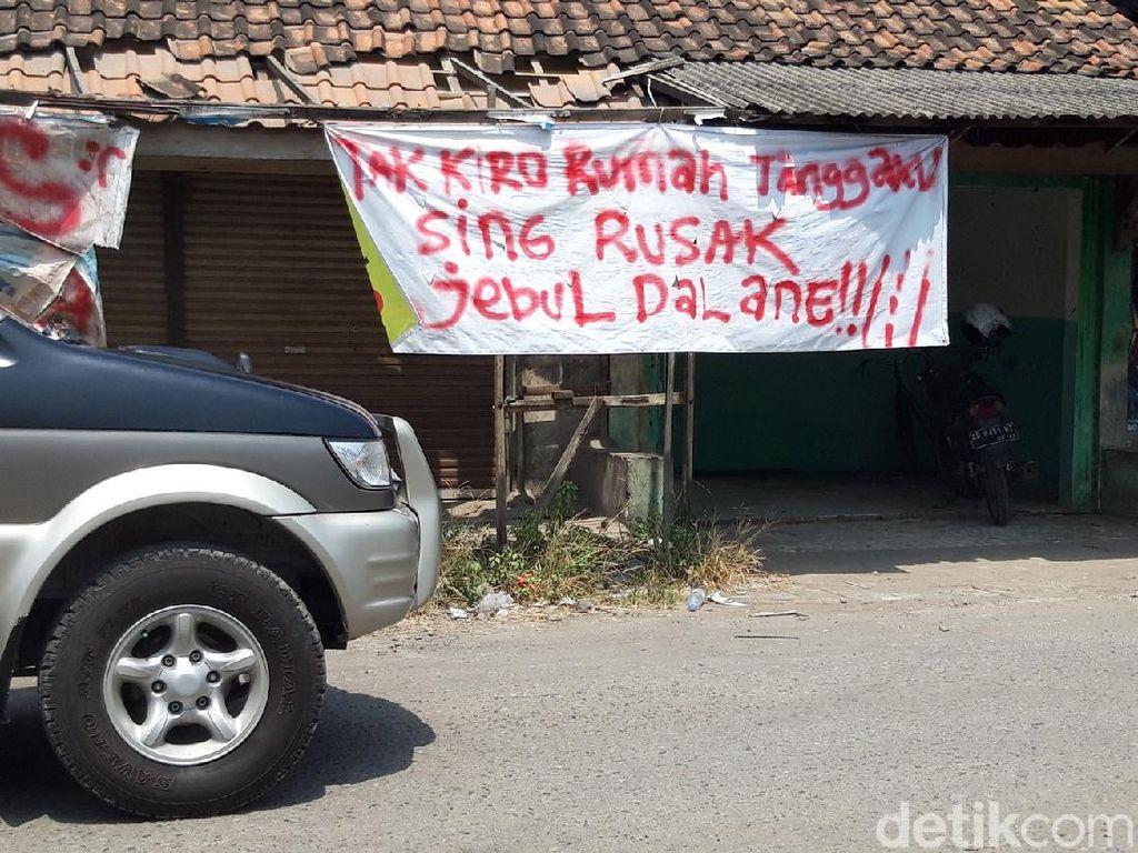 Spanduk-spanduk Protes Jalan Rusak di Boyolali, Dalane Koyo Donat, Bolong!
