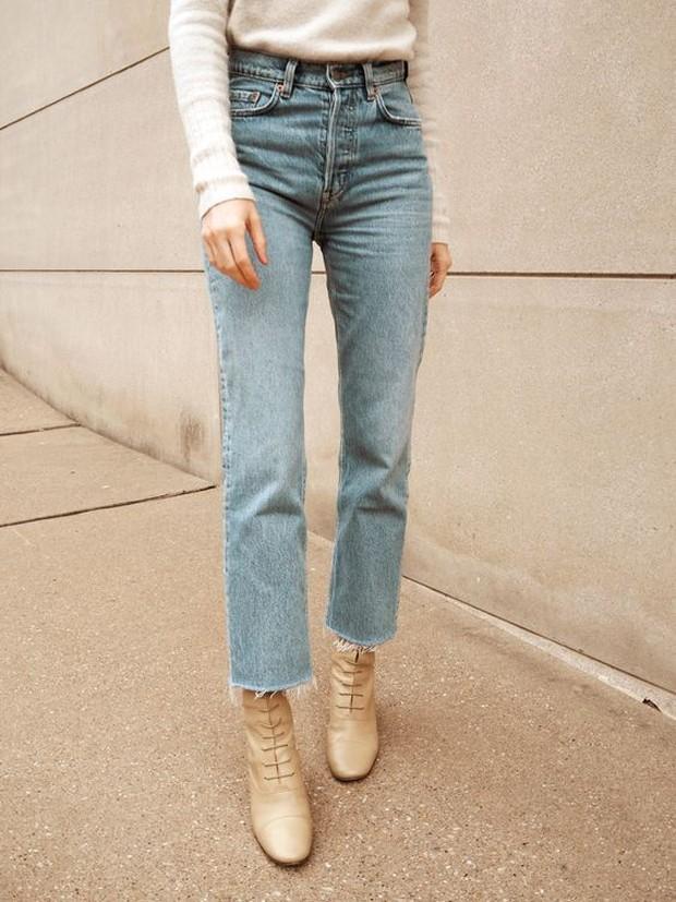 Pakai straight denim untuk OOTD fashion.