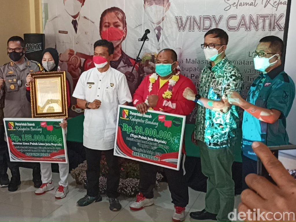 Bupati Bandung Beri Kadeudeuh Windy Cantika Peraih Medali Olimpiade