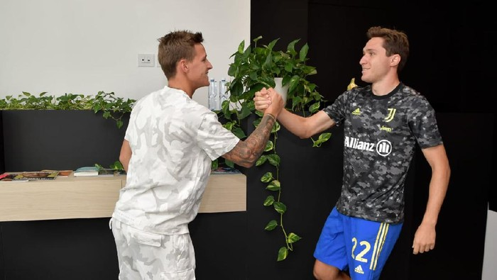 Fabio Quartararo dan Federico Chiesa di markas latihan Juventus, Turin, 19 Agustus 2021.