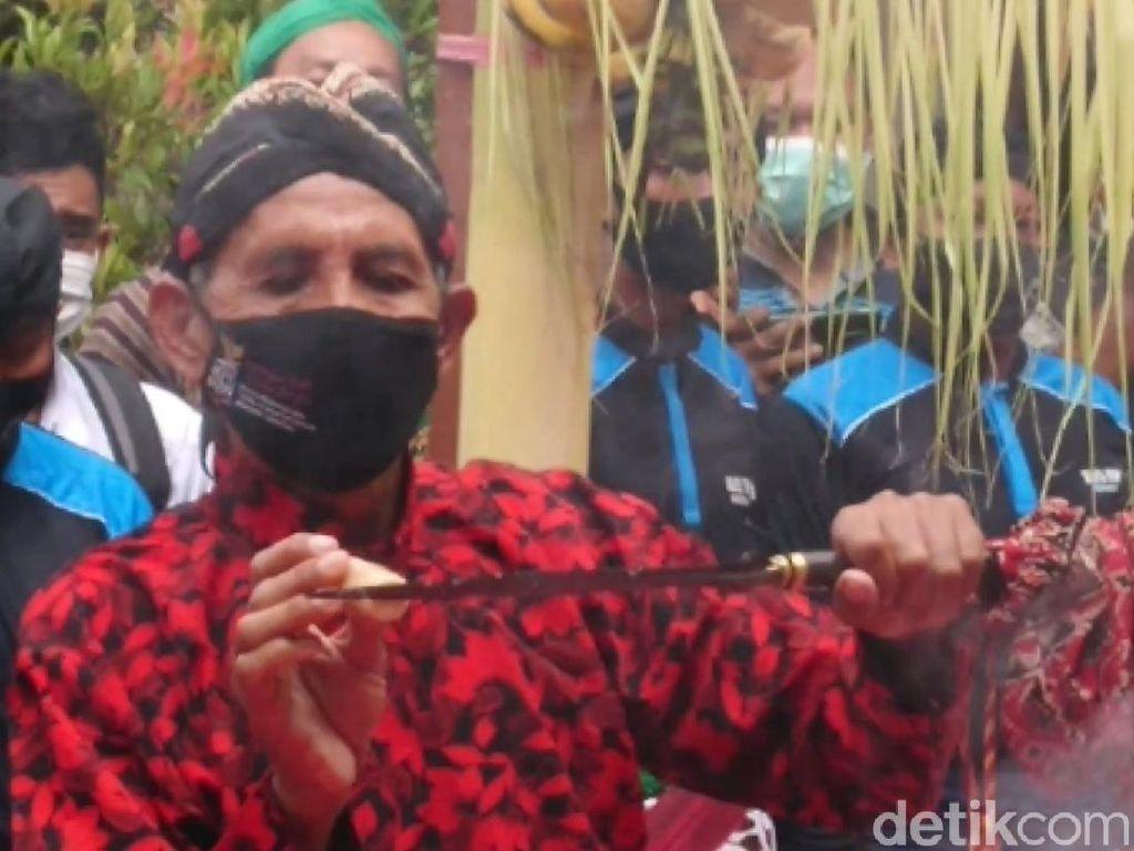 Melihat Kesakralan Tradisi Jamasan Pusaka Tombak Kiai Upas di Tulungagung