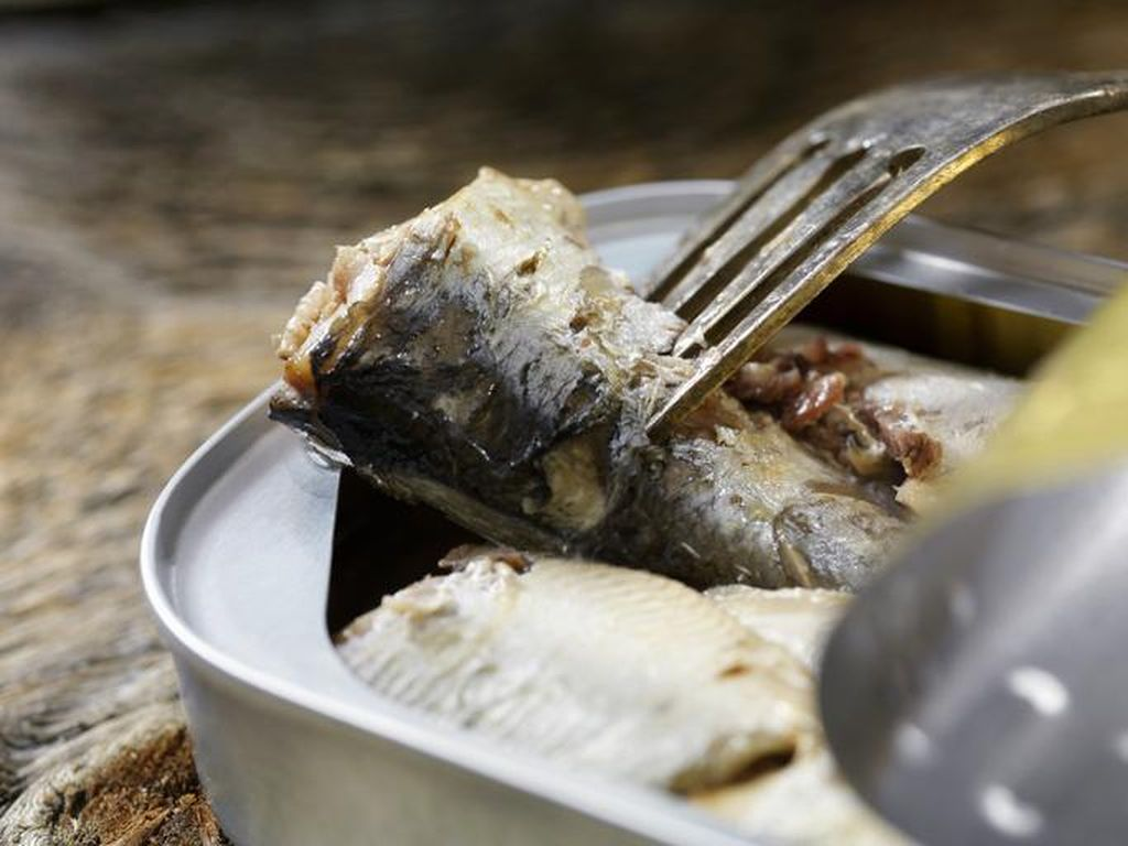 5 Tantangan Makan Paling Nyeleneh, Cicip Urine hingga Makanan Anjing