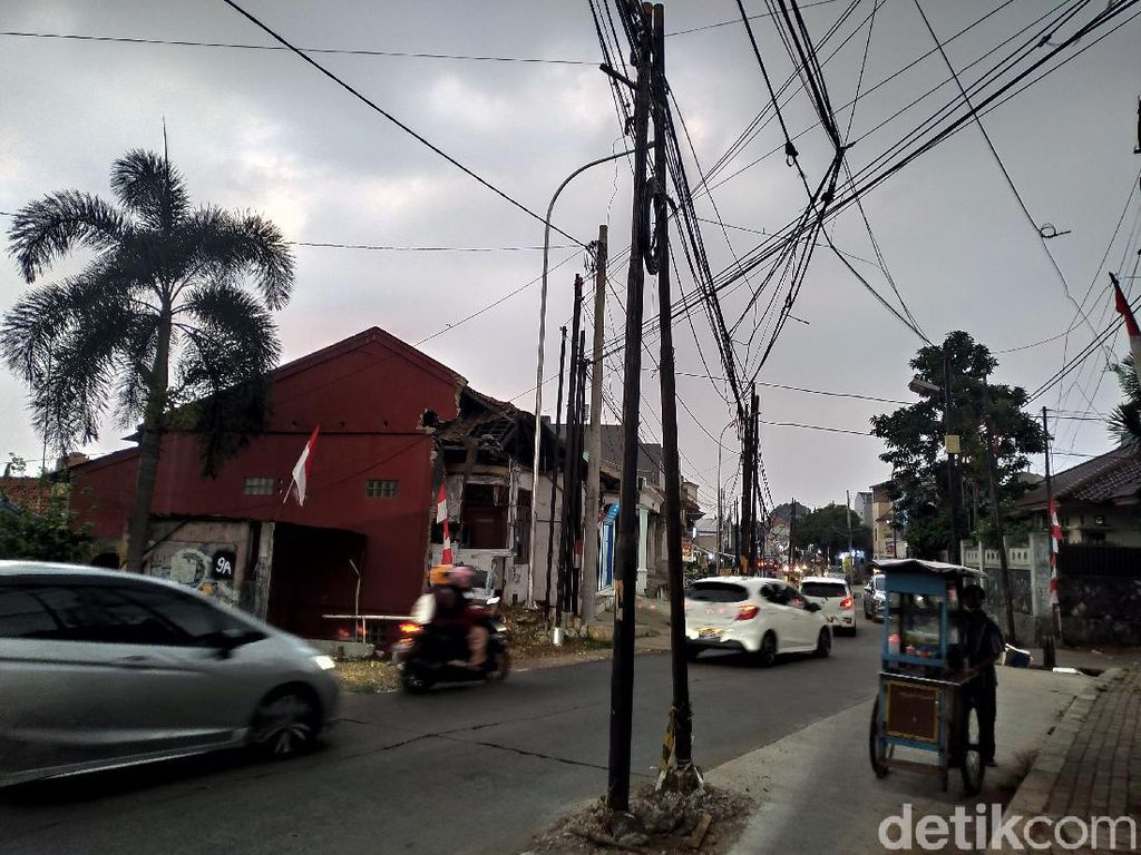 Kabel Mulai Dipindahkan dari Tiang-tiang Tengah Jalan Dekat Tol Brigif