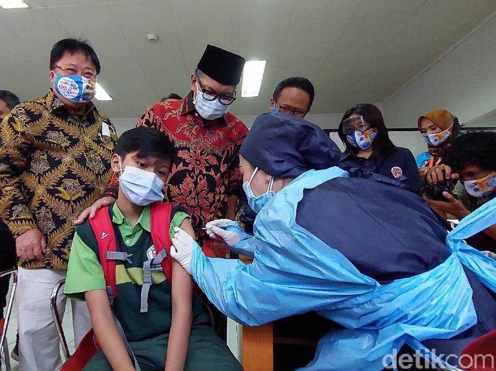 Senangnya Walkot Bandung Lihat Pelajar Antusias Ikut Vaksinasi COVID-19