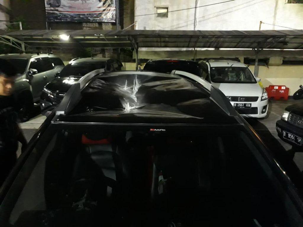 Pria Ini Ditangkap Gegara Lempari Mobil dengan Batu dari JPO Depan DPR