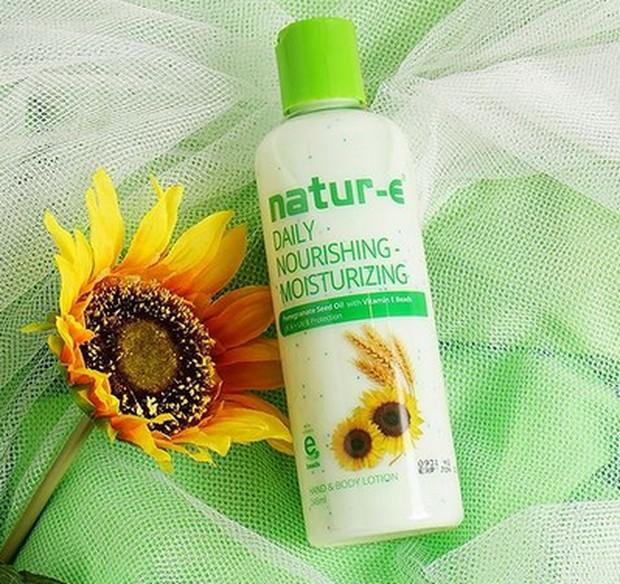 Butiran vitamin E akan meresap ke lapisan dalam kulit, melembapkan dan melindungi kulit kamu seharian.