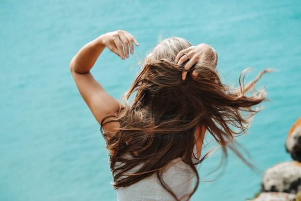 rambut lembut, lembap, dan berkilau / foto : pexels.com/HeleneIje