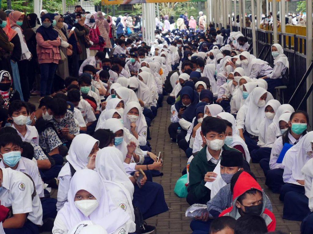 Siswa SMP di Cimahi Tumplek Jalani Vaksinasi COVID-19