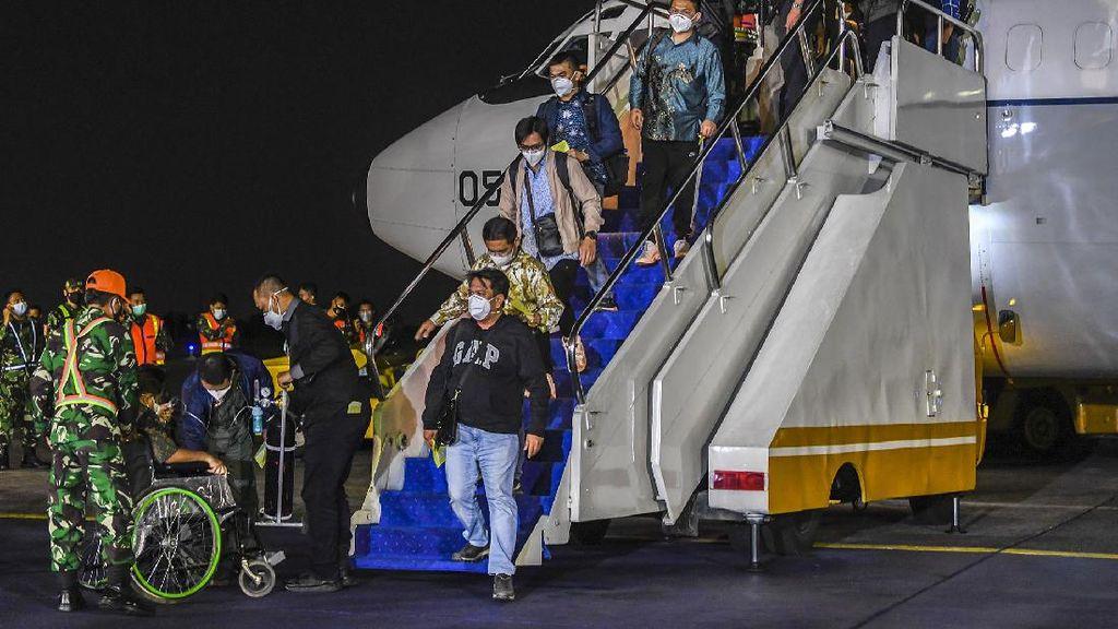Momen WNI yang Dievakuasi dari Afghanistan Tiba di Indonesia
