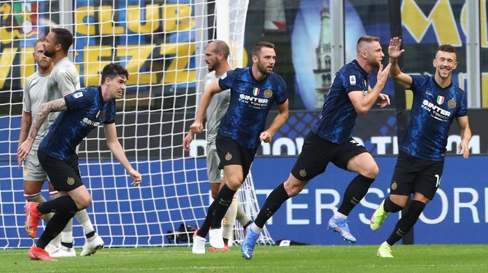 MILAN, ITALY - AUGUST 21: Milan Skriniar (2nd R) of FC Internazionale celebrates after scoring the opening goal during the Serie A match between FC Internazionale v Genoa CFC at Stadio Giuseppe Meazza on August 21, 2021 in Milan, Italy. (Photo by Marco Luzzani/Getty Images)