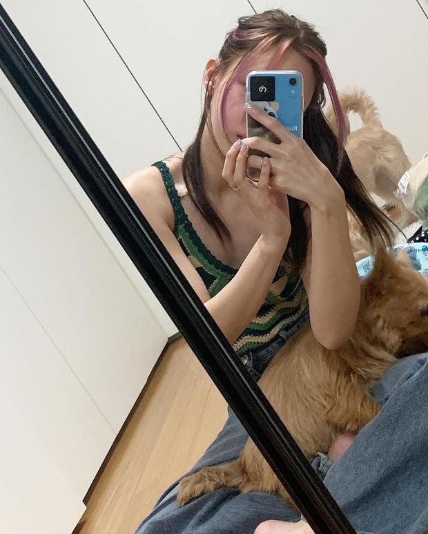 Nayeon 'Twice' memamerkan OOTD fashion-nya dengan mirror selfie bersama anjing peliharaan kesayangannya.