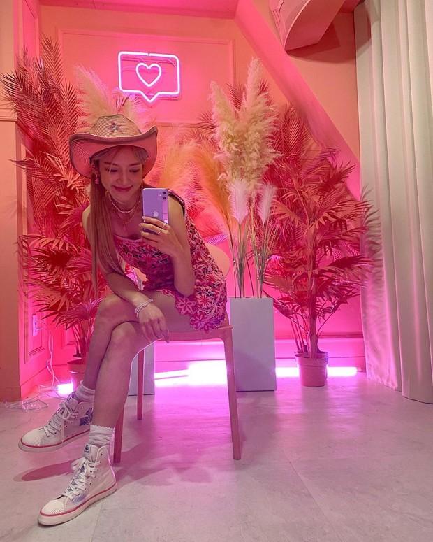Hyoyeon 'SNSD' tampil cantik dengan OOTD fashion serba pink dan Ia mengenakan Floral Knit Dress