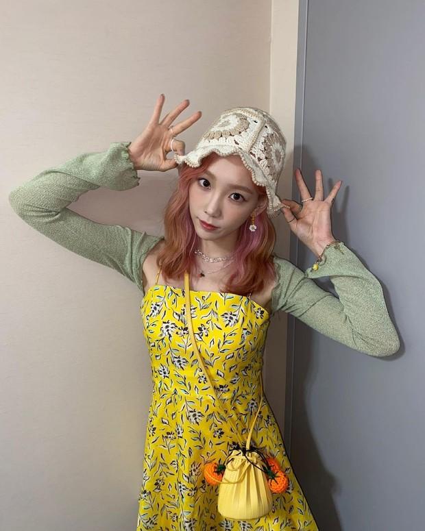 Taeyeon 'SNSD' menambahkan Knit Garden Hat untuk OOTD fashion-nya agar memaksimalkan penampilannya.