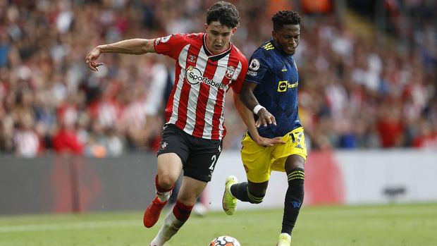 Soccer Football - Premier League - Southampton v Manchester United - St Mary's Stadium, Southampton, Britain - August 22, 2021  Southampton's Tino Livramento in action with Manchester United's Fred REUTERS/Peter Nicholls EDITORIAL USE ONLY. No use with unauthorized audio, video, data, fixture lists, club/league logos or 'live' services. Online in-match use limited to 75 images, no video emulation. No use in betting, games or single club /league/player publications.  Please contact your account representative for further details.