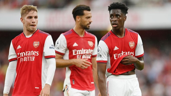 LONDON, ENGLAND - AUGUST 22: Emile Smith Rowe, Pablo Mari and Albert Sambi Lokonga of Arsenal look on during the Premier League match between Arsenal  and  Chelsea at Emirates Stadium on August 22, 2021 in London, England. (Photo by Michael Regan/Getty Images)