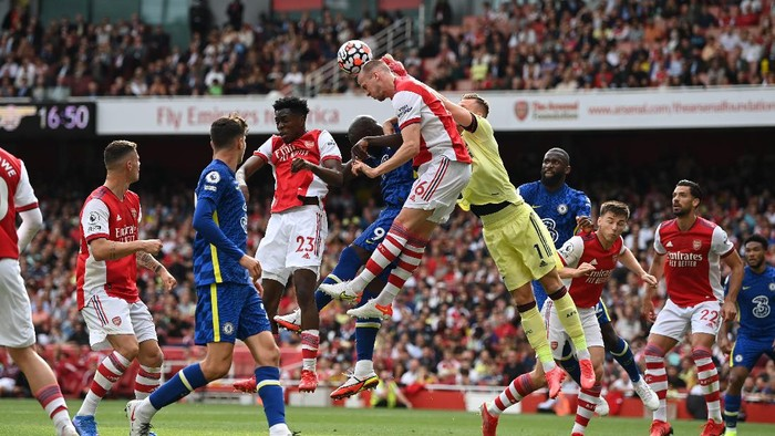 LONDON, ENGLAND - AUGUST 22: Romelu Lukaku of Chelsea competes for a header with Bernd Leno, Rob Holding and Albert Sambi Lokonga of Arsenal during the Premier League match between Arsenal and Chelsea at Emirates Stadium on August 22, 2021 in London, England. (Photo by Shaun Botterill/Getty Images)
