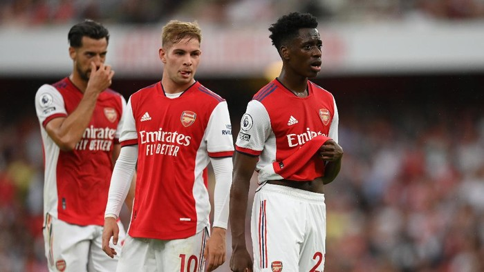 LONDON, ENGLAND - AUGUST 22: Emile Smith Rowe and Albert Sambi Lokonga of Arsenal look on during the Premier League match between Arsenal and Chelsea at Emirates Stadium on August 22, 2021 in London, England. (Photo by Michael Regan/Getty Images)