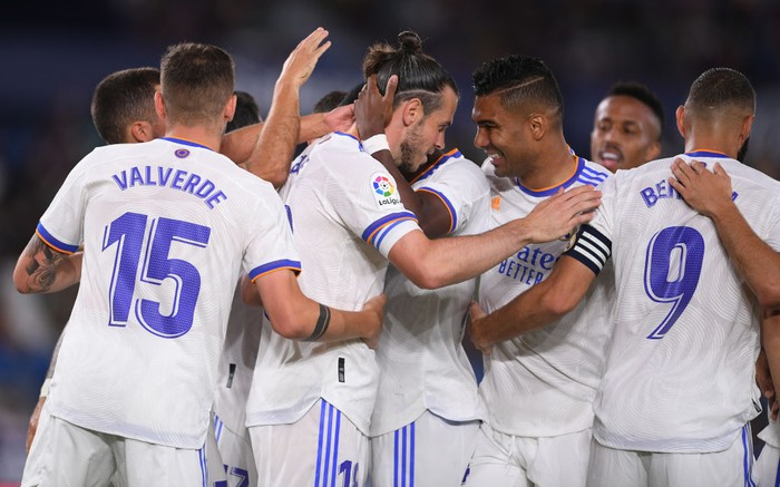 VALENCIA, SPAIN - AUGUST 22: Gareth Bale of Real Madrid celebrates with Casemiro and teammates after scoring their teams first goal during the LaLiga Santander match between Levante UD and Real Madrid CF at Ciutat de Valencia Stadium on August 22, 2021 in Valencia, Spain . (Photo by Aitor Alcalde/Getty Images)